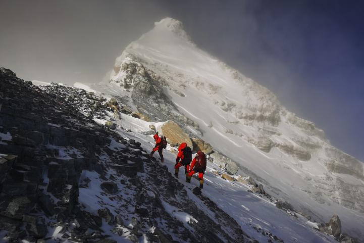 Científicos chinos llegan a la cima del Everest; buscan medir su altura con precisión
