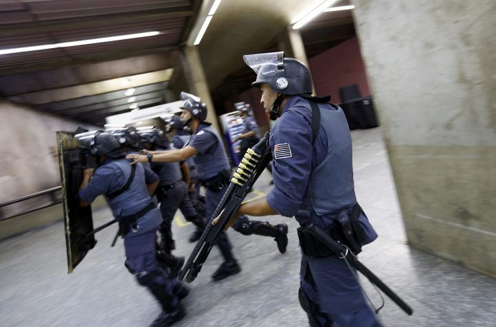 Se enfrentan policías y huelguistas en Sao Pablo