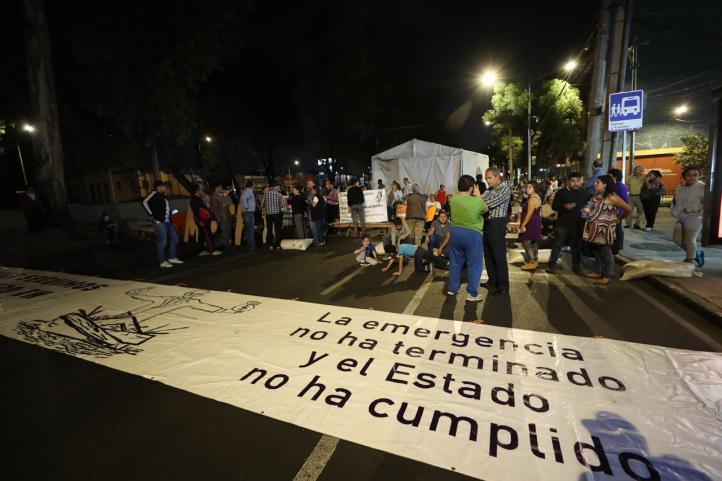 Damnificados montan plantón sobre Tlalpan y logran que Amieva dialogue