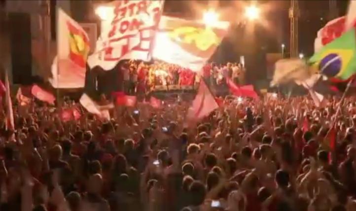 Miles de personas salen a las calles de Río para apoyar a Rousseff