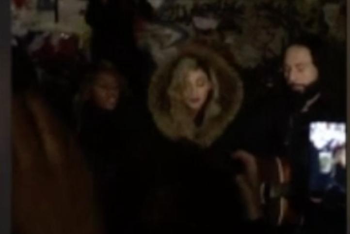 Madonna sorprende al cantar en la Plaza de la República de París