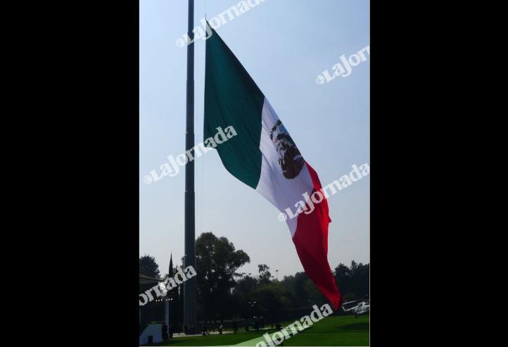 En el Día de la Bandera, la izan al revés en la ceremonia conmemorativa