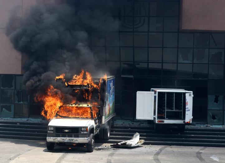 Incendian vehículos frente a la sede del Congreso de Guerrero