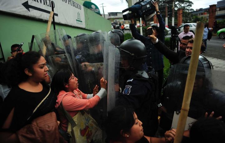 Protesta obliga al gobernador provisional de Veracruz a abandonar reunión
