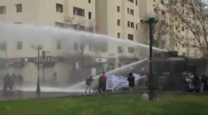 Se enfrentan policías y estudiantes en Chile