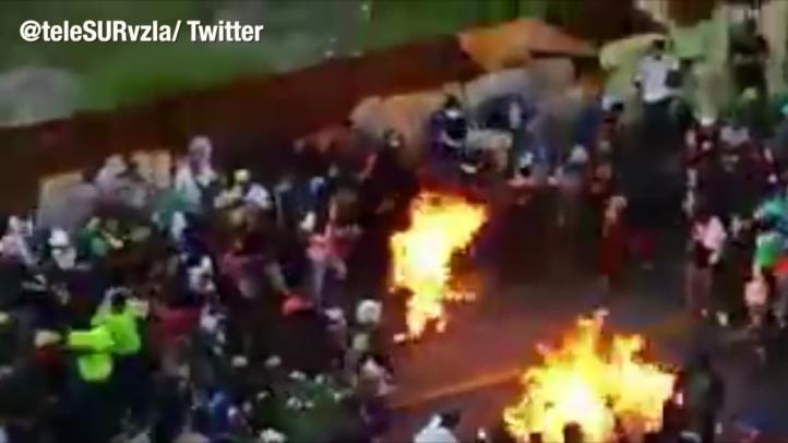 El gobierno de Venezuela confirmó que opositores quemaron a un joven; este fue el momento del incendio