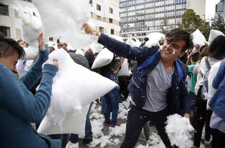 """Jóvenes colombianos realizan """"guerra"""" de almohadas a favor de la paz"""