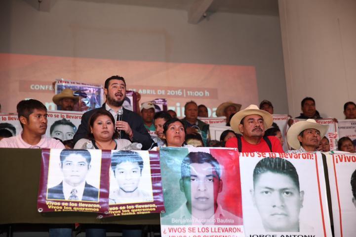 Reprochan padres de Ayotzinapa salida del GIEI