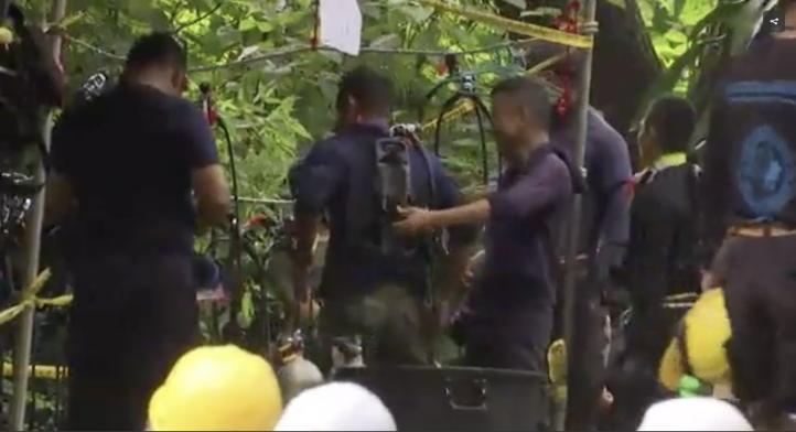 Lluvias dificultarían rescate de niños en cueva en Tailandia