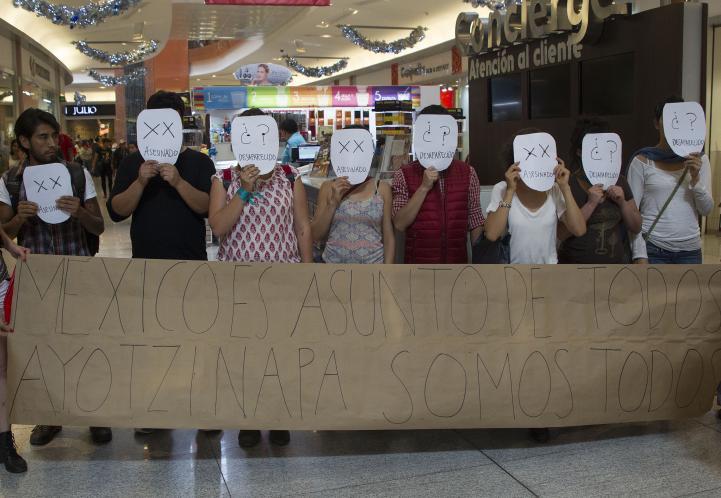 Artistas realizan acción por Ayotzinapa en Parque Delta