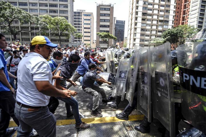 Dispersa la policía marcha opositora en Venezuela