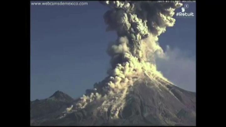 Volcán de Colima emite exhalación de cuatro mil metros
