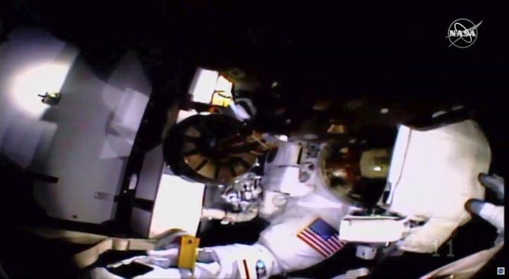 Problema con casco afecta a astronautas en caminata espacial