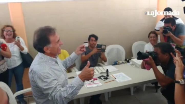 El gobernador de Veracruz emite su voto