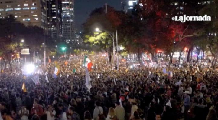 """""""Peña, tú no eres Ayotzinapa"""", le dicen en multitudinaria marcha por los normalistas"""