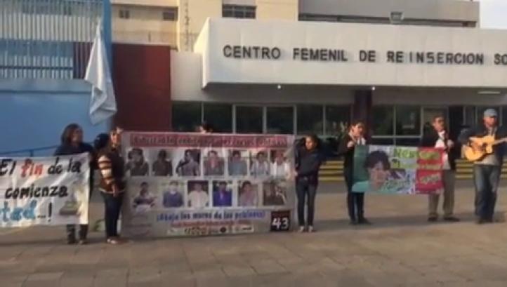 Familiares y activistas esperan salida de Nestora Salgado