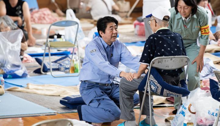 Shinzo Abe visita zona afectada por inundaciones