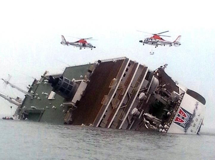 Cuatro muertos y 300 desaparecidos tras hundirse ferry surcoreano