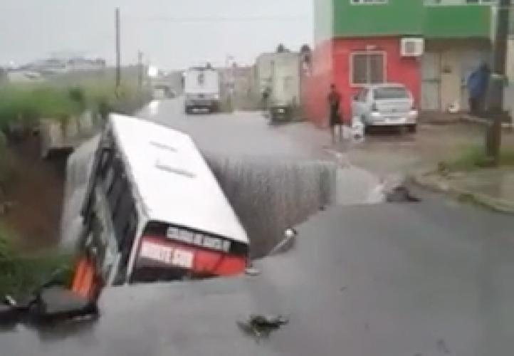 Veracruz: Un socavón se traga un camión de pasajeros