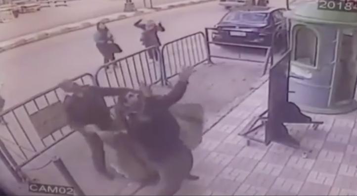 Policías egipcios atrapan a un niño que cayó de un 3er piso