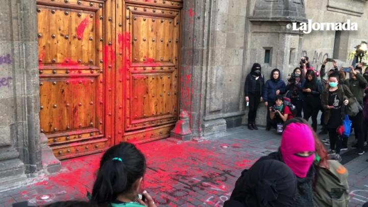 Feministas protestan frente a Palacio Nacional