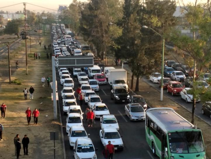 Protestan taxistas contra apps de servicio; generan caos en Edomex