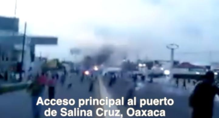 Policía Federal se enfrenta a profesores y padres de familia en Salina Cruz