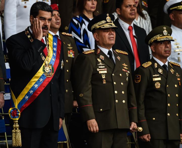 Nicolás Maduro es resguardado por elementos de la Guardia Presidencial