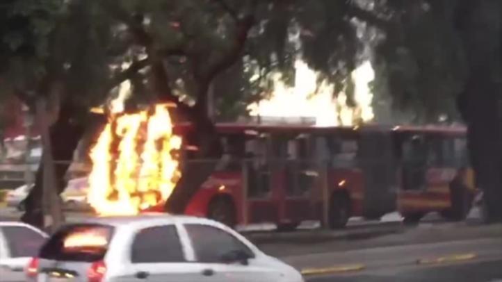 Intentan incendiar Metrobus frente a Rectoría