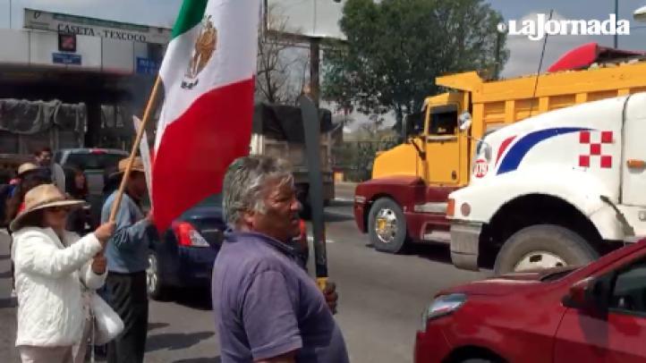 """""""¡Lago sí!"""": Campesinos, investigadores y activistan bloquean la caseta Peñón-Texcoco"""
