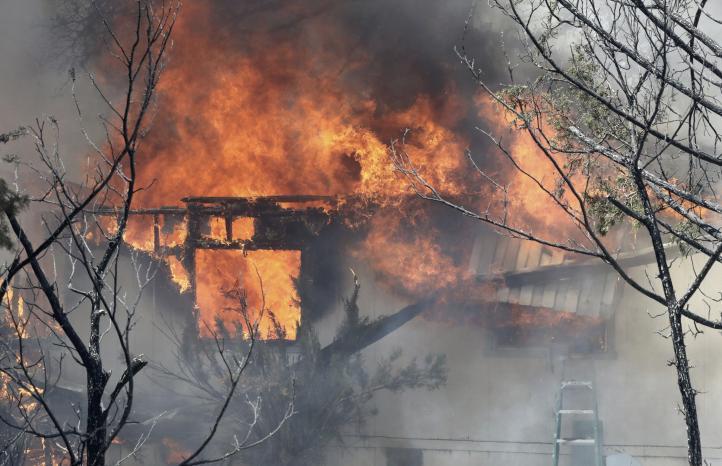 Combaten incendio forestal en el norte de California