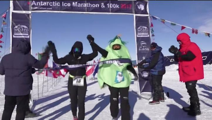 Sally Orange ha corrido 7 maratones en 7 continentes vestida de 7 frutas distintas