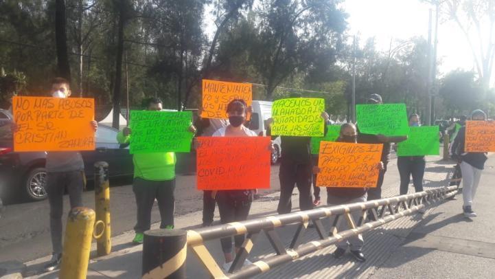 Protestan por despidos en unidad médica del Centro Citibanamex
