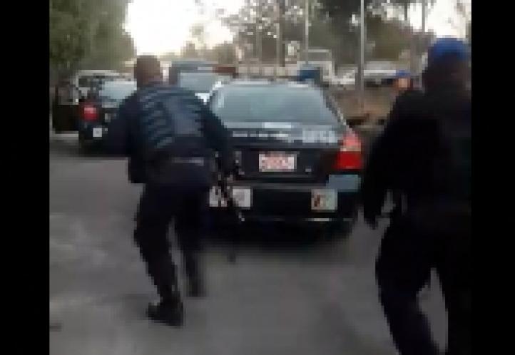 La policía entra a una casa en Iztapalapa y, con lujo de violencia, se lleva a tres personas