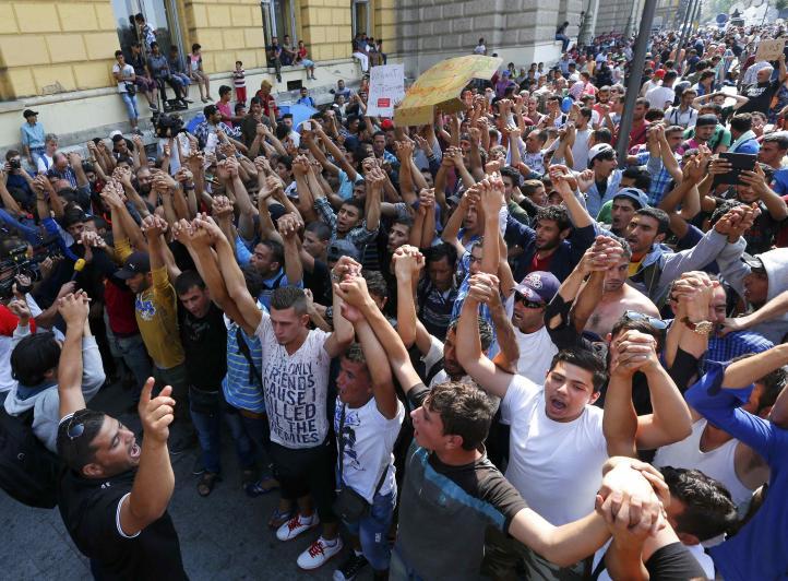 Protestan por segundo día migrantes varados en Budapest
