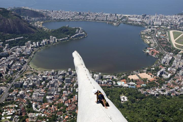 Inician reparación a estatua de Cristo Redentor en Brasil