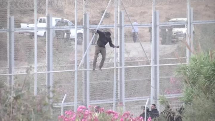 Irrumpen cientos de migrantes africanos en enclave español