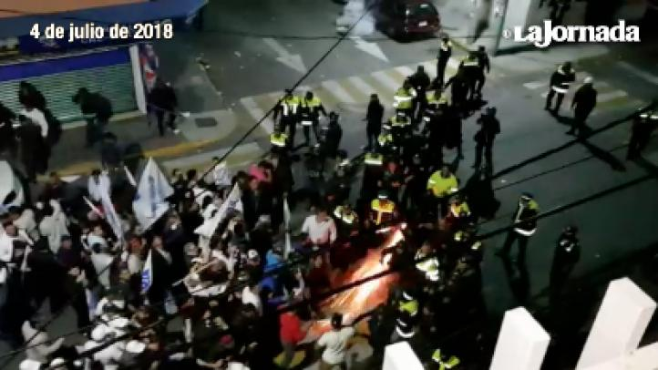 Granaderos enfrentan a militantes del PAN, en Naucalpan