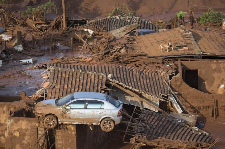 Se colapsa un dique de desechos mineros y arrasa un pueblo en Brasil