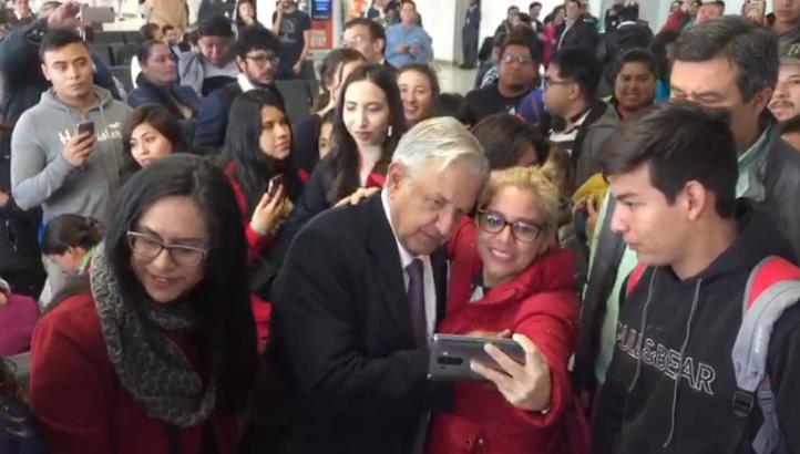 Decenas rodean a López Obrador en el AICM