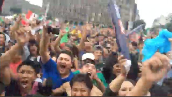 Aficionados festejan en el zócalo  gol de México
