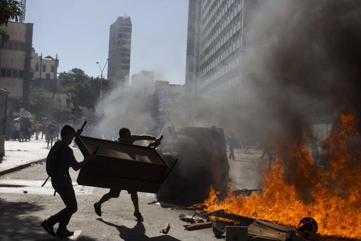 Policías y manifestantes se enfrentan en Brasil por medidas de austeridad