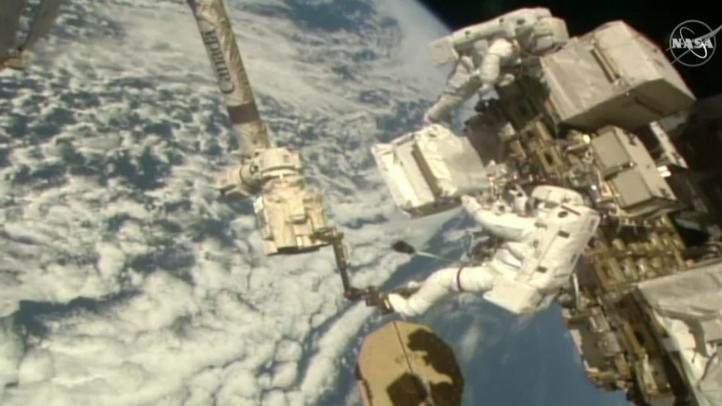 Astronautas reparan espectrómetro