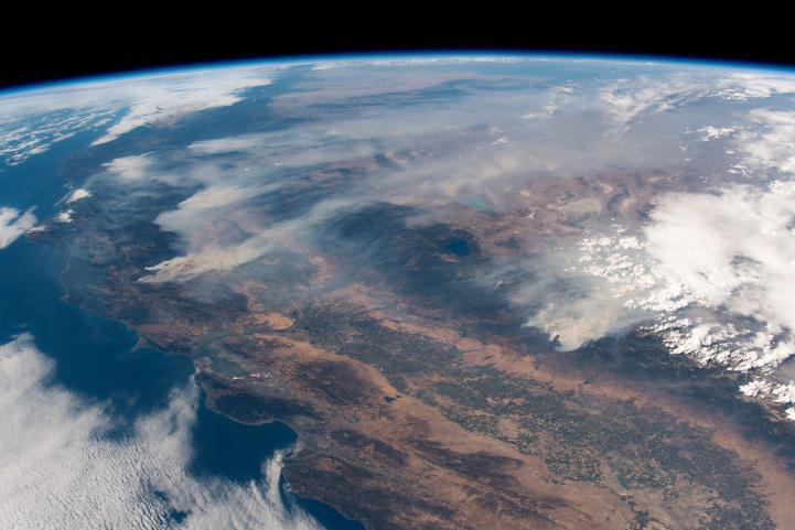 Fuegos más graves en historia de California siguen creciendo