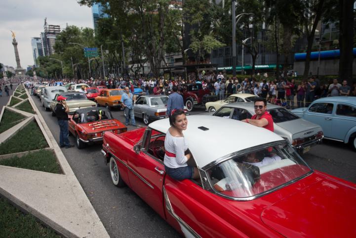 México rompe récord Guinness de más autos antiguos en movimiento