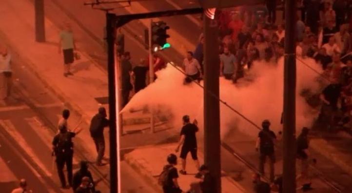 Choques frente a parlamento griego mientras legisladores votan rescate