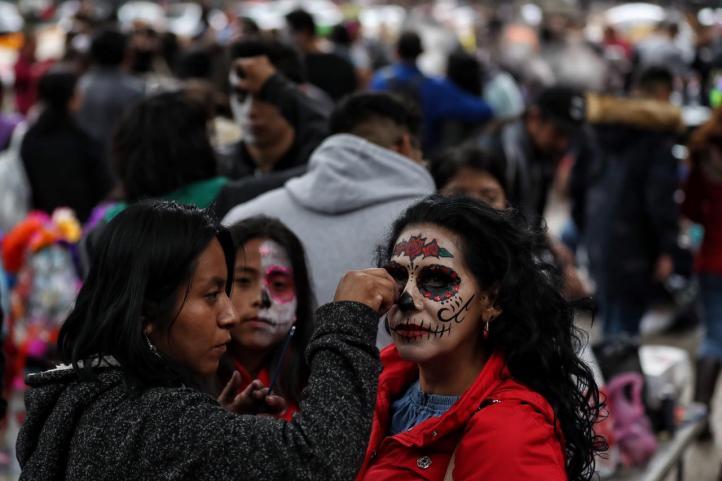 Maquillistas transforman a capitalinos para la Mega Procesión de las Catrinas 2018