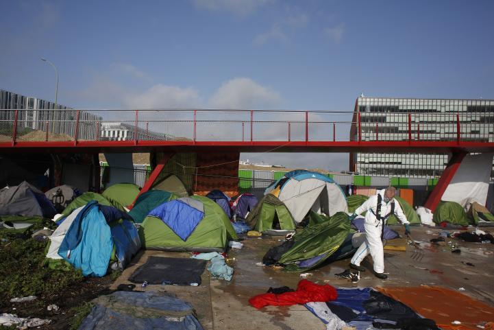 Desalojan a unos mil migrantes de campamento en París
