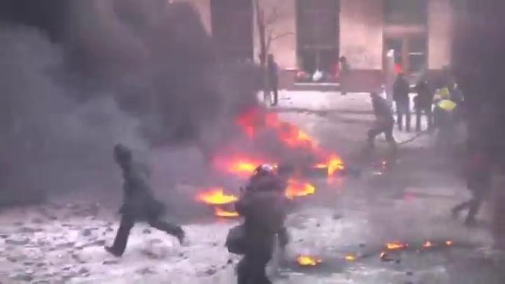 Policía ucraniana se enfrenta con manifestantes; aumenta número de muertos