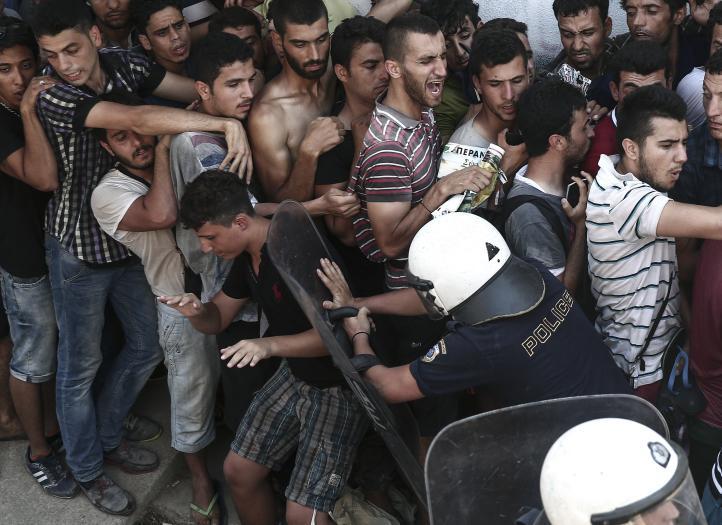 Refugiados llegan a Grecia, hallan condiciones deplorables